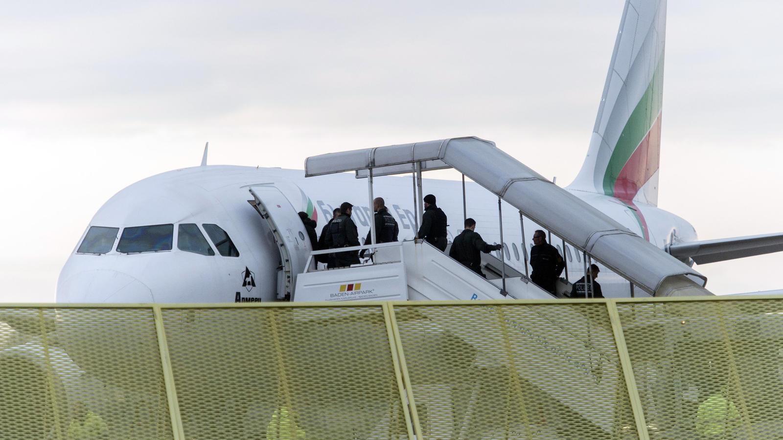 Sammelabschiebung: Abgelehnte Asylbewerber auf dem Weg in ein Flugzeug (Archivfoto).