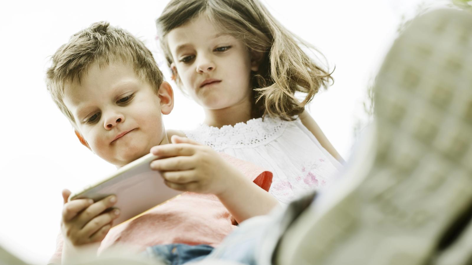 Experten warnen vor dem Smartphone-Gebrauch bei Kindern, denn der kann schnell fatale Folgen für ihre Gesundheit haben.
