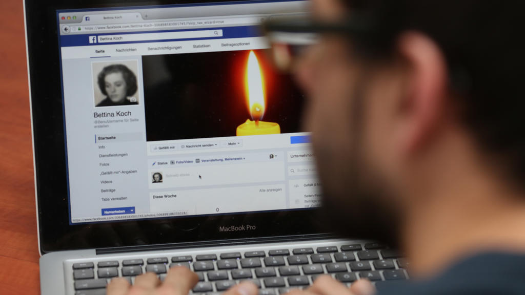ILLUSTRATION - Ein Mann versetzt am 21.09.2016 in Leipzig das Facebook-Profil einer Verstorbenen in den Gedenkzustand (gestellte Szene). Foto: Sebastian Willnow | Verwendung weltweit