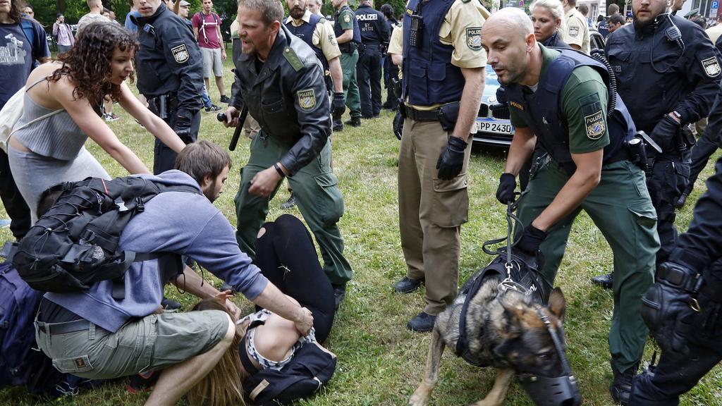 Die Polizei geht am 31.05.2017 in Nürnberg (Bayern) mit Schlagstöcken und einem Hund gegen Schüler vor, die mit einer Sitzblockade und Demonstration die Abschiebung eines 20 Jahre alten Berufsschülers in sein Herkunftsland Afghanistan verhindern woll