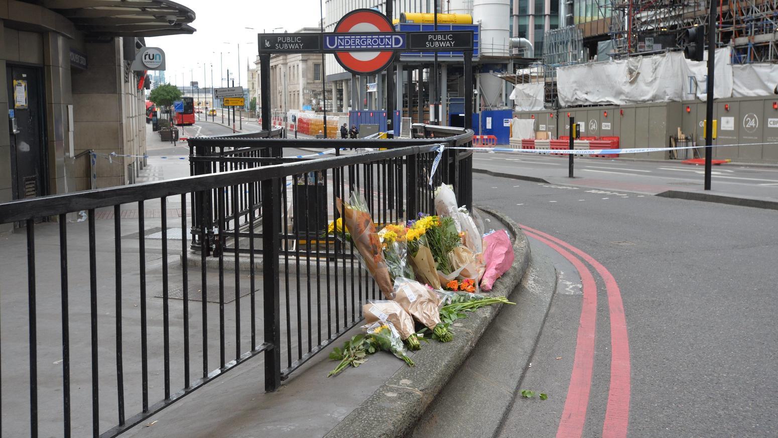 Trauernde Bürger und Bürgerinnen legten in London Blumen ab.