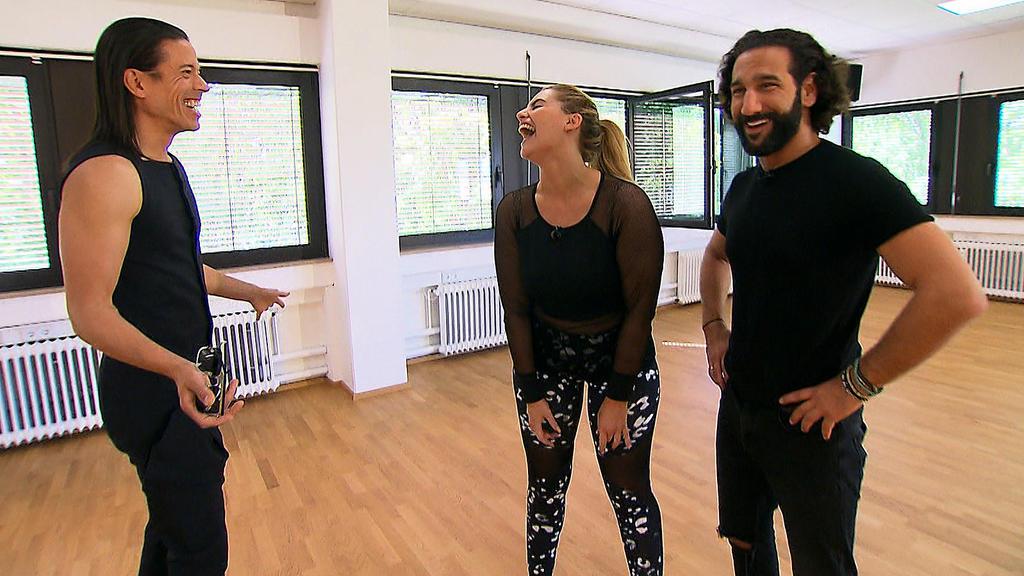 Was ein lustiger Trainingsbesuch: Jorge González, Angelina Kirsch und Massimó Sinato haben Spaß beim Training.