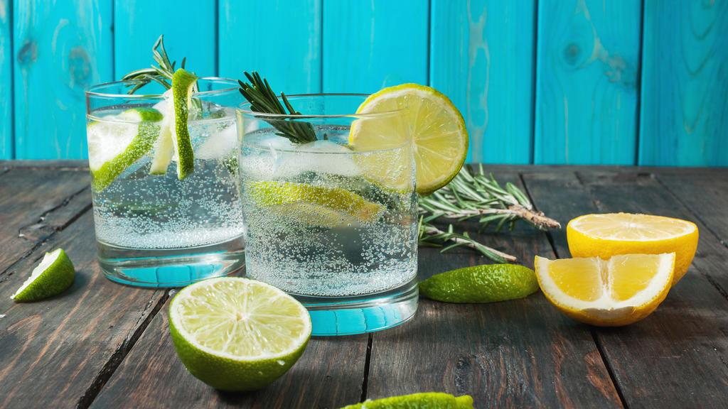 Gin Tonic mit Rosmarin.
