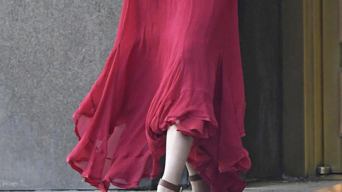 Rotes Chiffon-Kleid wirkt sehr luftig.