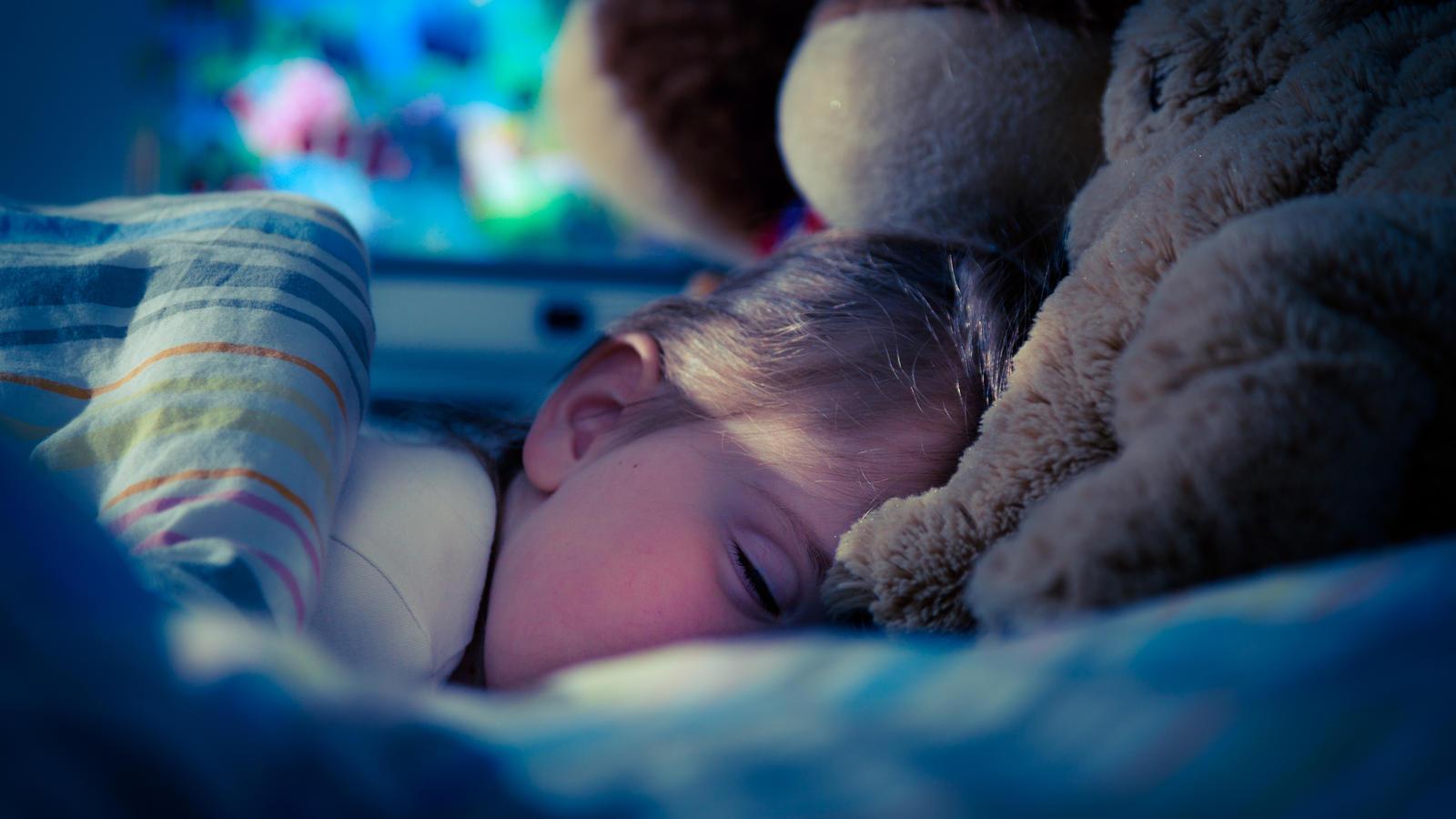 Die Polizei in Hessen ist als Babysitter eingesprungen und hat ein kleines Kind ins Bett gebracht. (Foto: Motivbild)