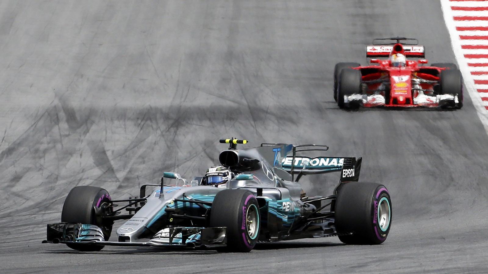 Fast das ganze Rennen sah es so aus: Valtteri Bottas vor Sebastian Vettel