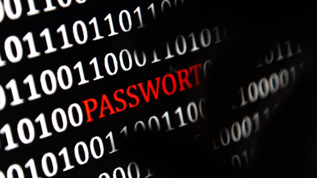 ARCHIV - ILLUSTRATION - Eine Hand greift nach dem Wort «Passwort», das auf einem Computerbildschirm am 26.01.2017 in Berlin angezeigt wird. (zu dpa «Studie:Computerkriminalität macht Unternehmen zu schaffen» vom 12.04.2017) Foto: Monika Skolimowska/
