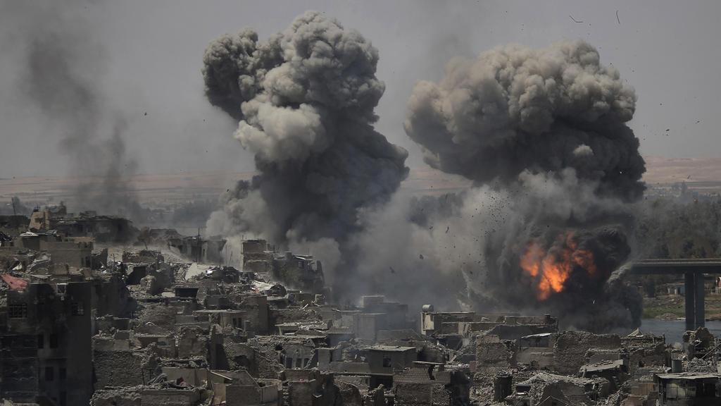 dpatopbilder - Rauch und Explosionen sind am 11.07.2017 nach Luftangriffen auf Stellungen der Terrormiliz Islamischer Staat (IS) in Mossul (Irak) zu sehen. Am Montag hatte der irakische Premierminister Haider al-Abadi die IS-Hochburg im Norden des La
