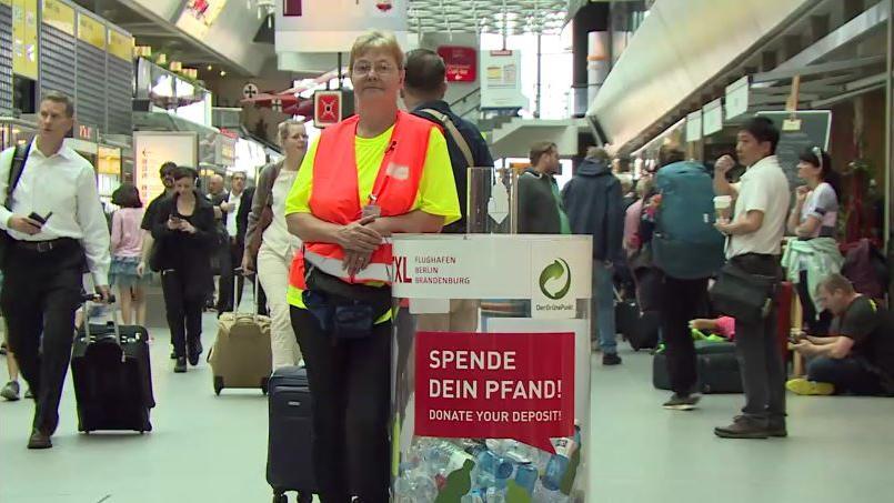 Pfandbeauftragte Susanne Pieske am Flughafen Berlin-Tegel