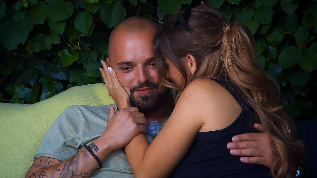 Bei Niklas' schönen Worten kann Jessica ihre Tränen nicht länger zurück halten.