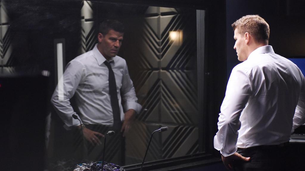 Booth (David Boreanaz) ist verzweifelt. Seine Kollegin wird von einem Mörder als Geisel festgehalten.