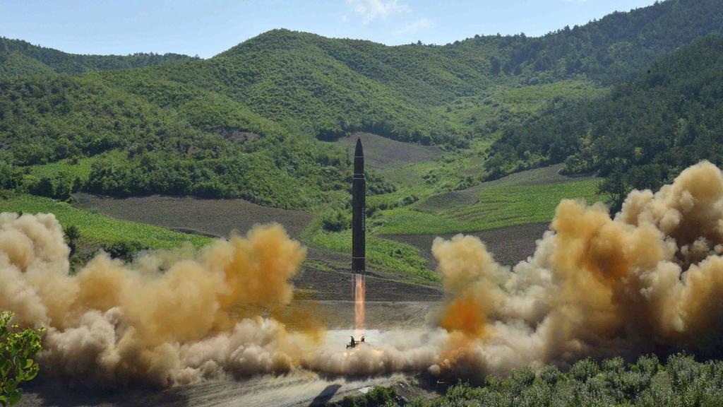 ARCHIV - Das von der Nordkoreanischen Regierung am 04.07.2017 zur Verfügung gestellte Foto zeigt den Start einer Interkontinentalrakete mit hoher Reichweite vom Typ Hwasong-14. Nordkorea hat am 28.07.2017 erneut eine ballistische Rakete getestet. Wie