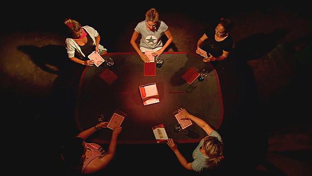 Dieser Poker-Tisch hat es in sich. Hier wird scharf geschossen.