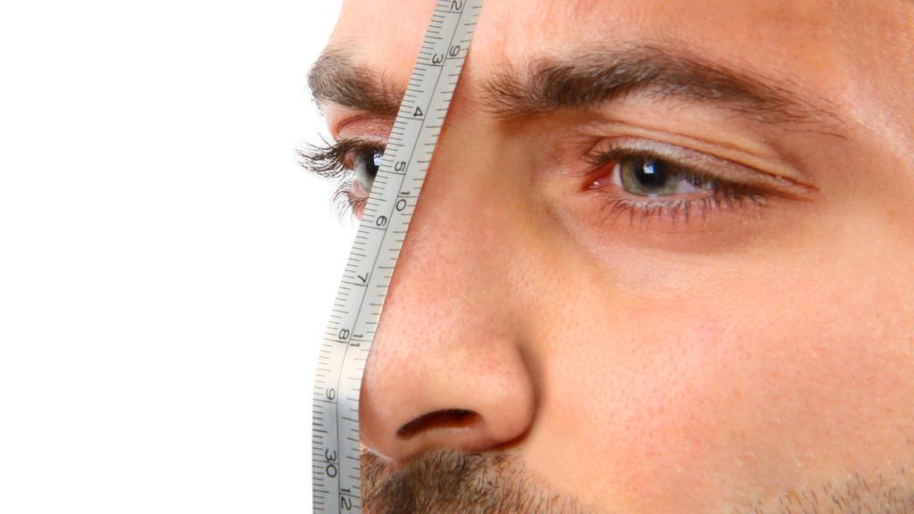 Mann mit Maßband auf der Nase
