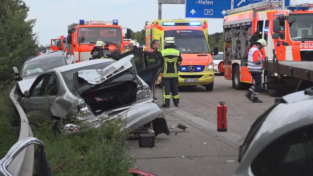EinAutowrack und mehrere Einsatzwagen der Rettungskräfte stehen am 16.08.2017 auf der Auobahn 29 bei Oldenburg (Niedersachsen). Bei dem Unfall wurden siebenMenschen verletzt, vier von ihnen schwer. Mehrere Autofahrer hatten in der Rettungsgasse gew
