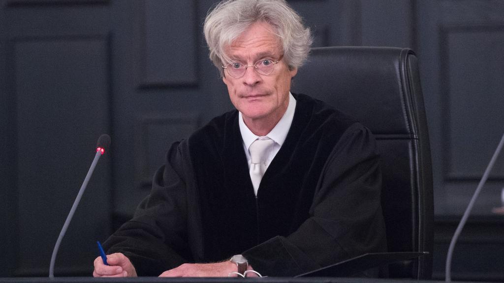 """Richter Klaus Hartmann sitzt am 30.08.2017 im Landgericht in Zwickau (Sachsen) zu Prozessbeginn auf seinem Platz. Mehr als 30 Jahren nach dem Mord an einer jungen Frau im Vogtland soll am gleichen Tag das Urteil gesprochen werden. (zu dpa """"30 Jahre n"""