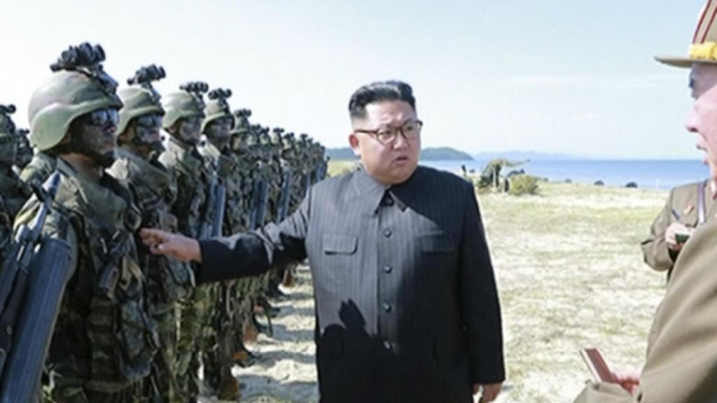 """HANDOUT - Das vom staatlichen Rundfunk- und Fernsehkomitee der Demokratischen Volksrepublik Korea (KRT) am 26.08.2017 zur Verfügung gestellte Videostandbild zeigt Nordkoreas Machthaber Kim Jong Un, der in Nordkorea Soldaten inspiziert. (zu dpa """"USA:"""