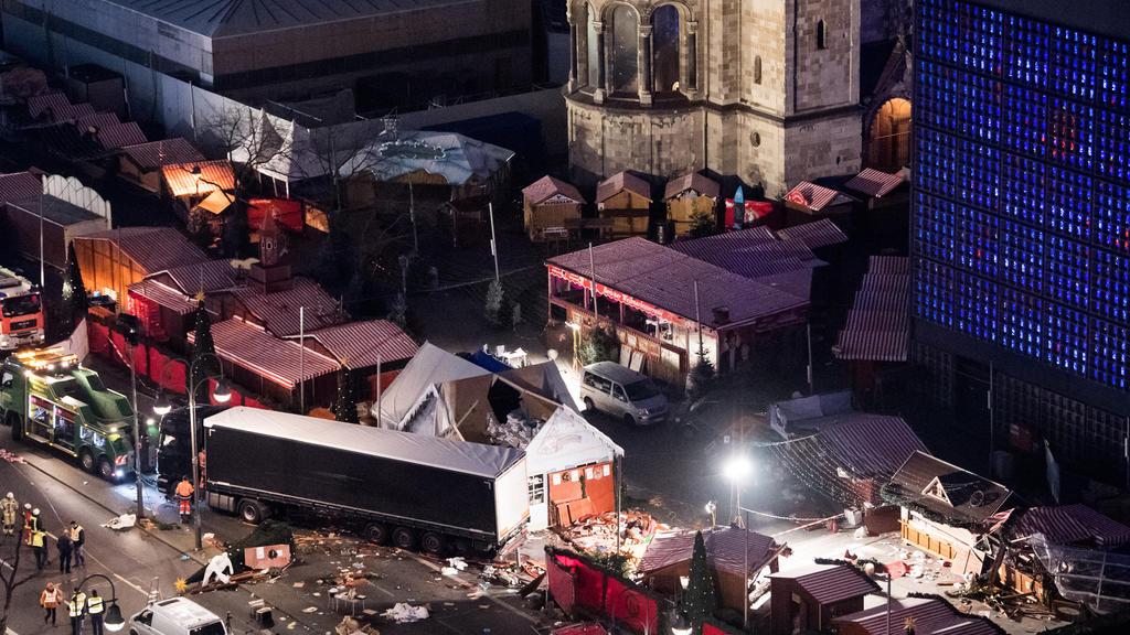 ARCHIV - Eine Schneise der Verwüstung ist am 20.12.2016 auf dem Weihnachtsmarkt am Breitscheidplatz in Berlin zu sehen, nachdem der Attentäter Anis Amri mit einem Lastwagen über den Platz gerast war. Zwölf Menschen kamen bei dem Terroranschlag um. (z