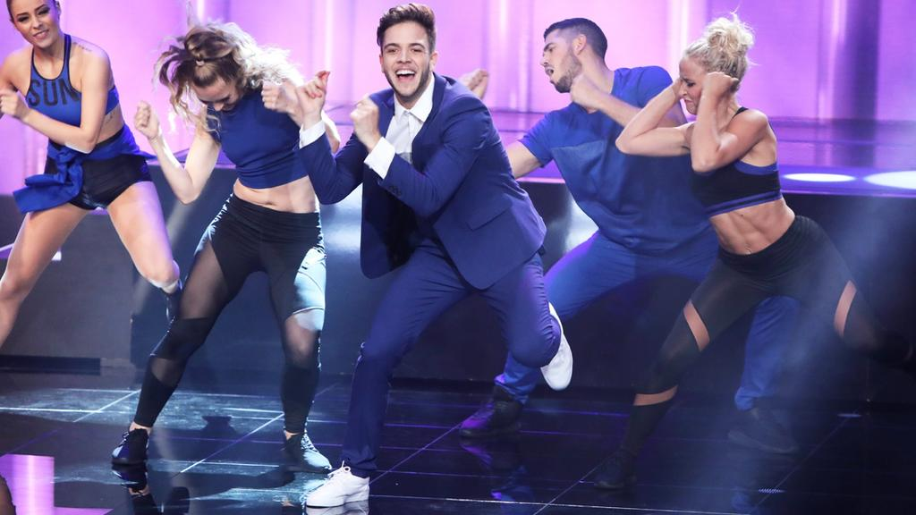 DSDS-Gewinner Luca Hänni (M.) tanzt bei seinem Solo zu Olly Murs