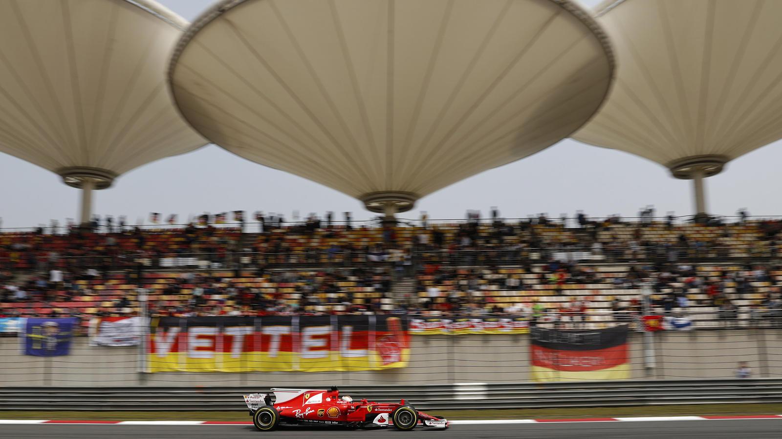 Sebastian Vettel fährt entlang der futuristischen Tribünendach-Konstruktion auf dem Shanghai International Circuit.