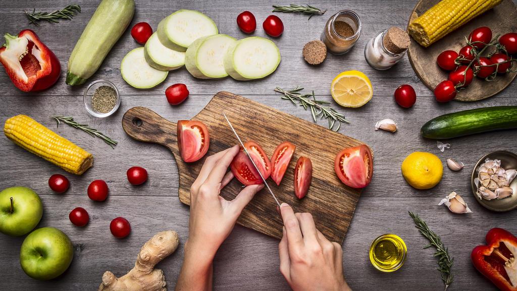 Wenn Sie das Trockenfasten beenden, sollten Sie Ihren Körper langsam wieder an feste Nahrung gewöhnen.