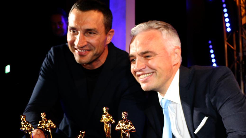 Andreas von Thien, hier mit Wladimir Klitschko, nahm die Auszeichnung stellvertretend entgegen