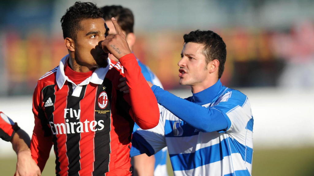 epa03523301 Milan midfielder Kevin Prince Boateng (C) leaves the playing field during the friendly match between AC Milan and Pro Patria, Busto Arsizio, near Milan, Italy, 03 January 2013. The match was abandonned after some of the Serie A black play