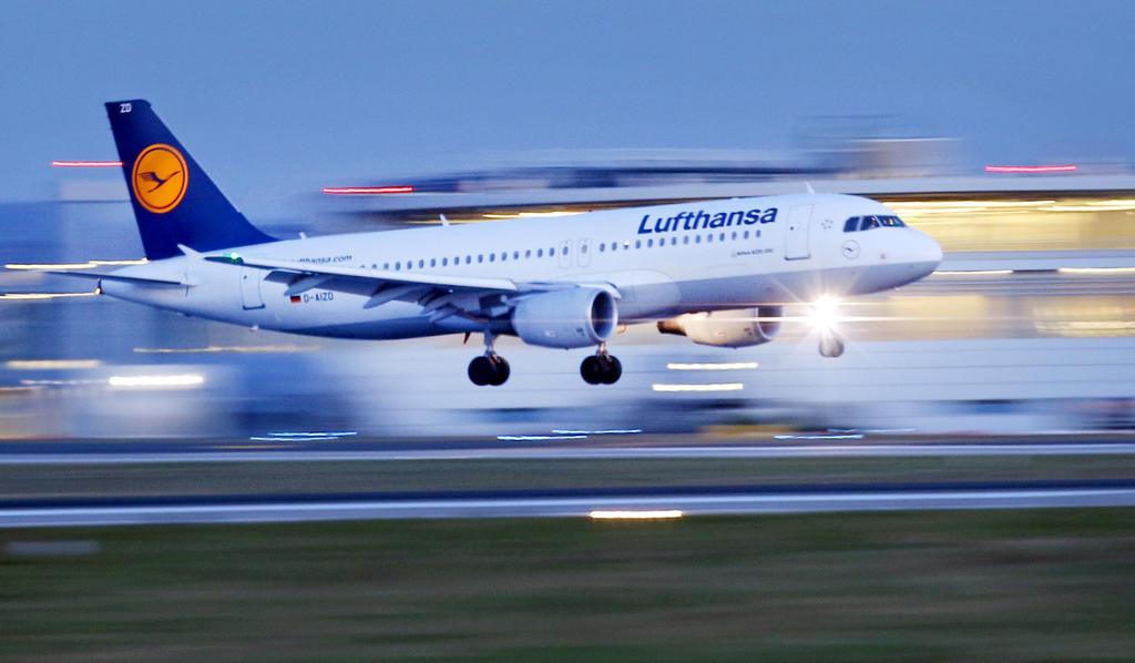 ARCHIV- Ein Flugzeug der Fluggesellschaft Lufthansa des Typs Airbus A320 landet am 04.02.2014 am Flughafen in Düsseldorf (Nordrhein-Westfalen). Das Statistische Landesamt veröffentlicht am Donnerstag Zahlen zu von den größten NRW-Flughäfen gestartet