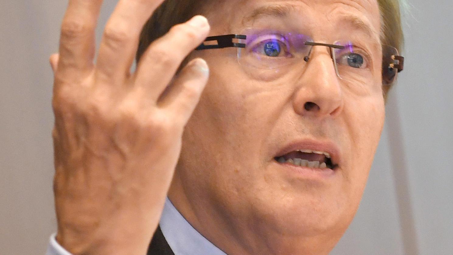 NRW-Justizminister Peter Biesenbach verlangt Strafen für Falschangaben von Asylbewerbern.
