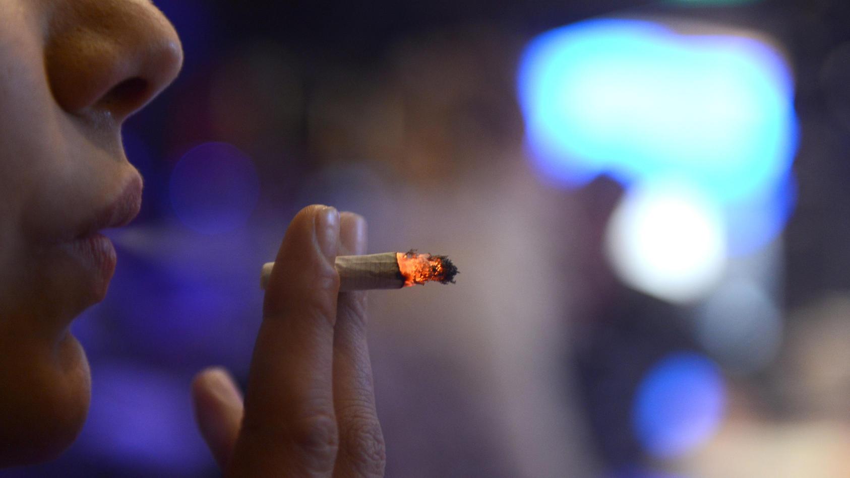 Raucher entwickeln häufiger eine Depression als Nichtraucher und Depressive neigen eher zum Rauchen.