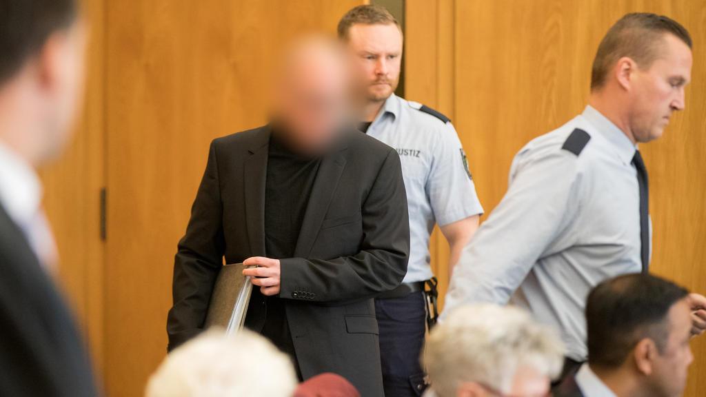 Der Angeklagte (M) kommt am 13.11.2017 im Landgericht in Essen (Nordrhein-Westfalen) in den Gerichtssaal. Der 47 Jahre alte Apotheker aus Bottrop soll seit 2012 fast 62 000 Krebsmedikamente gepanscht haben.