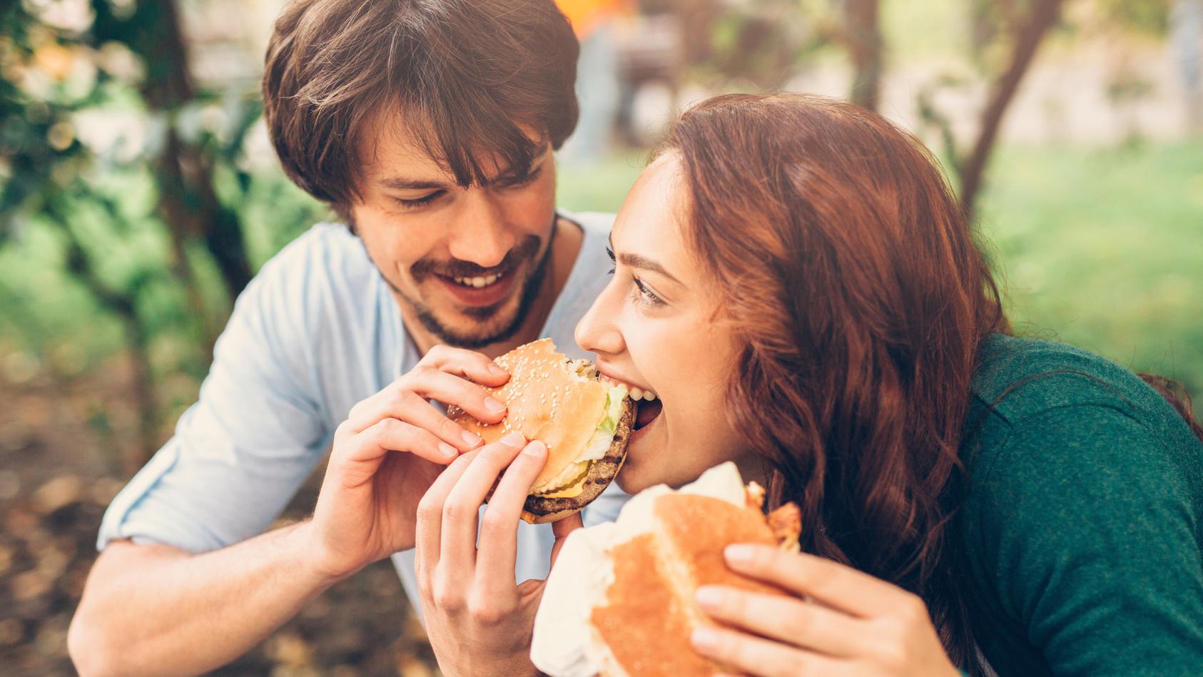 Mann und Frau essen Burger