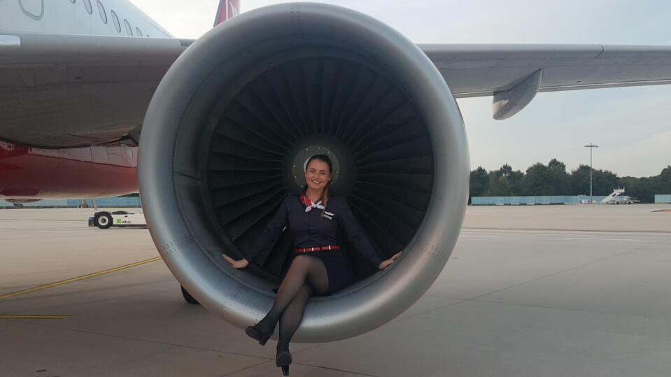 Flugbegleiterin Melissa im Triebwerk einer Air-Berlin-Maschine