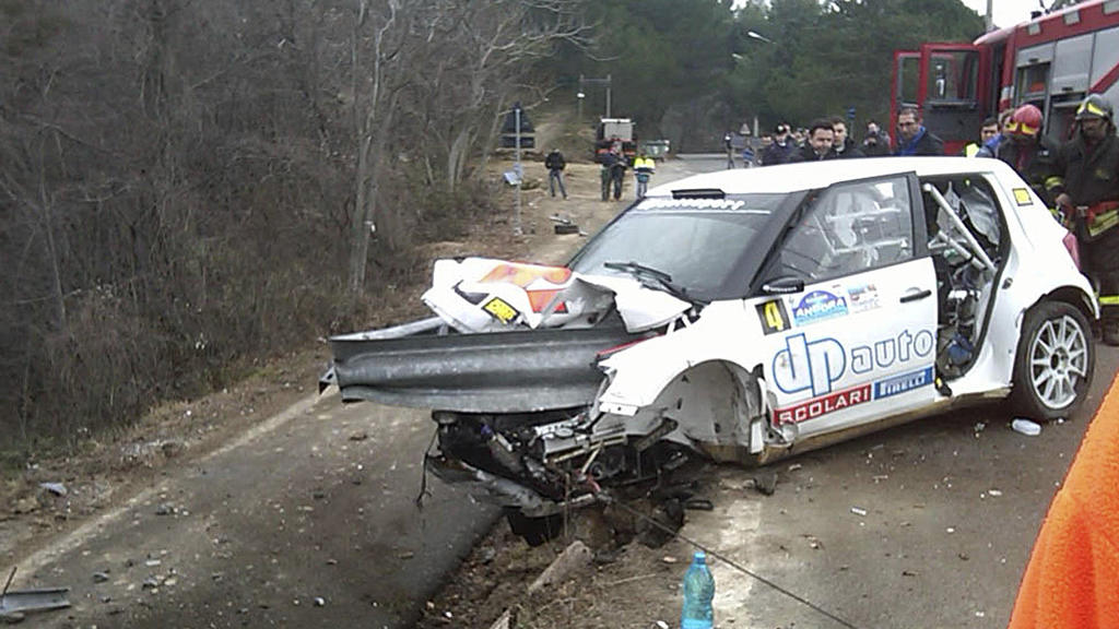 ARCHIV - Der durch einen Unfall zerstörte Skoda-Rennwagen des polnischen Formel-1-Fahrers Robert Kubica hängt am 06.02.2011 nach einem Sturz während der Rallye «Andora» in Andora (Italien) in der Leitplanke. Das letzte freie Cockpit beimFormel-1 Tea