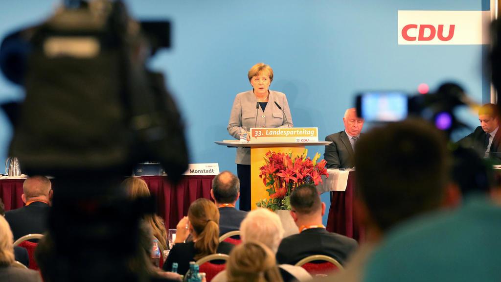"""Die CDU-Bundesvorsitzende Angela Merkel spricht am 25.11.2017 auf dem CDU-Landesparteitag in Kühlungsborn (Mecklenburg-Vorpommern). Die Landes-CDU will auf ihrem Parteitag über ihr neues Grundsatzprogramm zu beraten. (zu """"Nordost-CDU berät über Grund"""