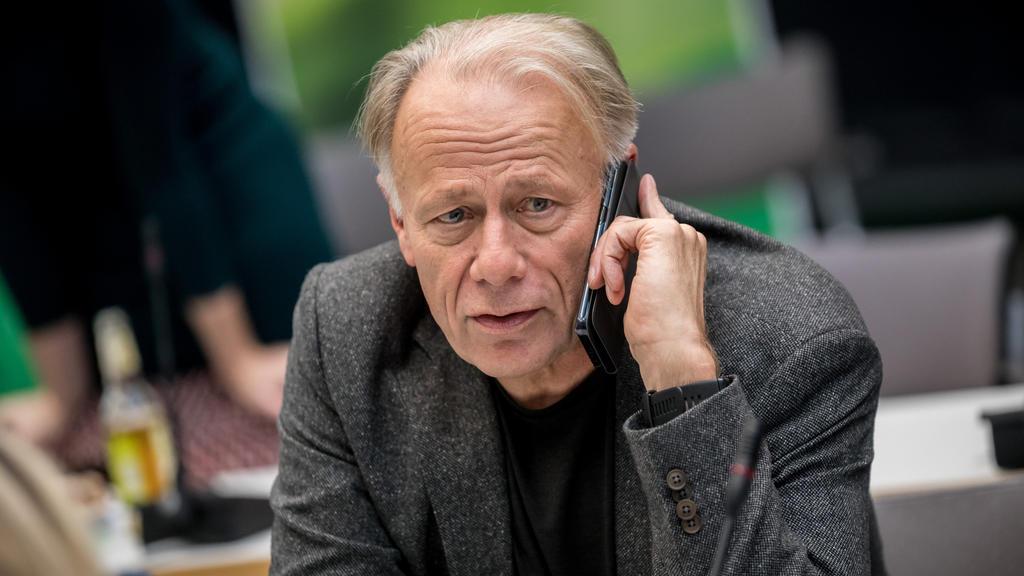 Jürgen Trittin (Bündnis 90/Die Grünen) telefoniert am 20.11.2017 in Berlin vor Beginn der Sitzung der Grünen Bundestagsfraktion. Die FDP hatte die Jamaika Sondierungsgesprächen zur Aufnahme von Koalitionsverhandlungen zur Bildung einer Regierung abge