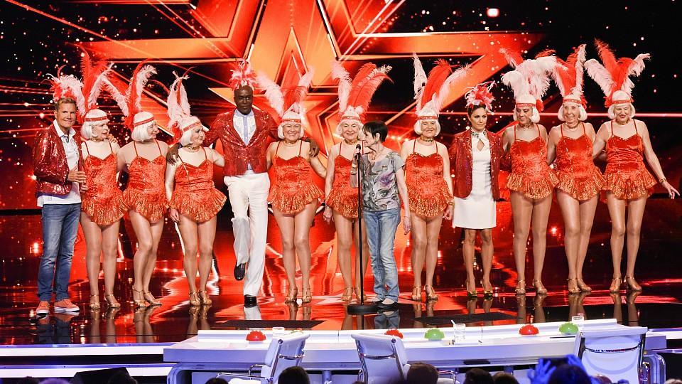Berbé Schmidt und ihre Tanzgruppe 'Golden Girls' aus Berlin haben die Jurymitglieder Dieter Bohlen (l.), Bruce Darnell und Nazan Eckes zu sich auf die Bühne geholt.