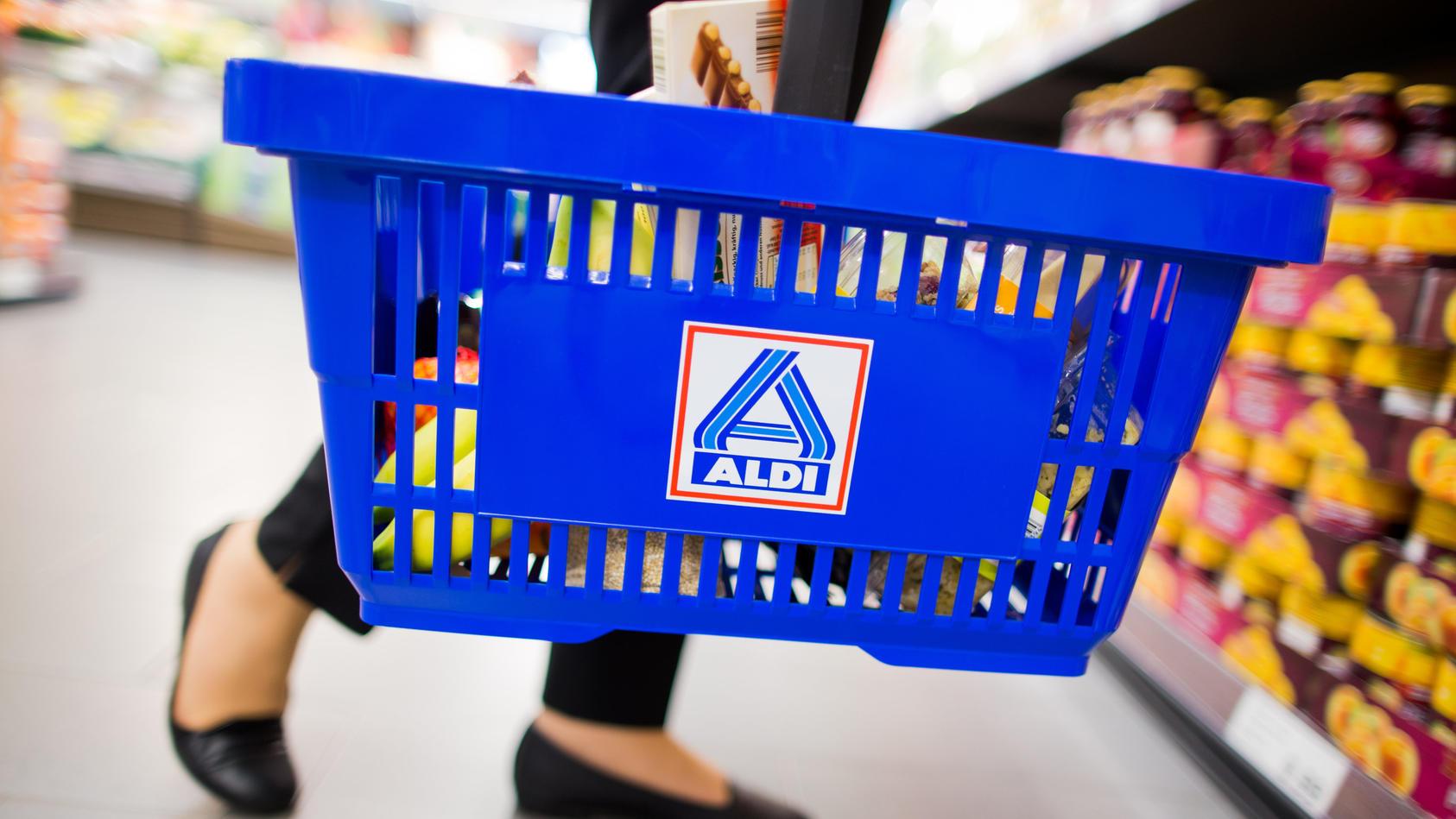 Bei Aldi kommen Anfang Juni Atemmasken ohne Gummiband und Desinfektionsmittel ins Angebot.