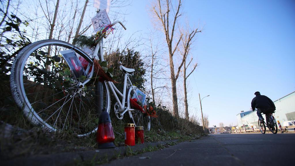Ein weiß gestrichenes Fahrrad steht am 17.02.2016 am Auerweg in Köln (Nordrhein-Westfalen) am Strassenrand an der Unfallstelle eines tödlichen Unfalls bei einem illegalen Autorennen. Der Prozess gegen zwei wegen des Unfalls wegen fahrlässiger Tötung