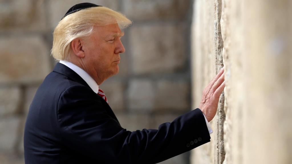 ARCHIV - US-Präsident Donald Trump berührt am 22.05.2017 die Klagemauer in Altstadt von Jerusalem. Trump hat den Palästinenserpräsidenten über seine Absicht informiert, die US-Botschaft von Tel Aviv nach Jerusalem zu verlegen. Die palästinensische Na