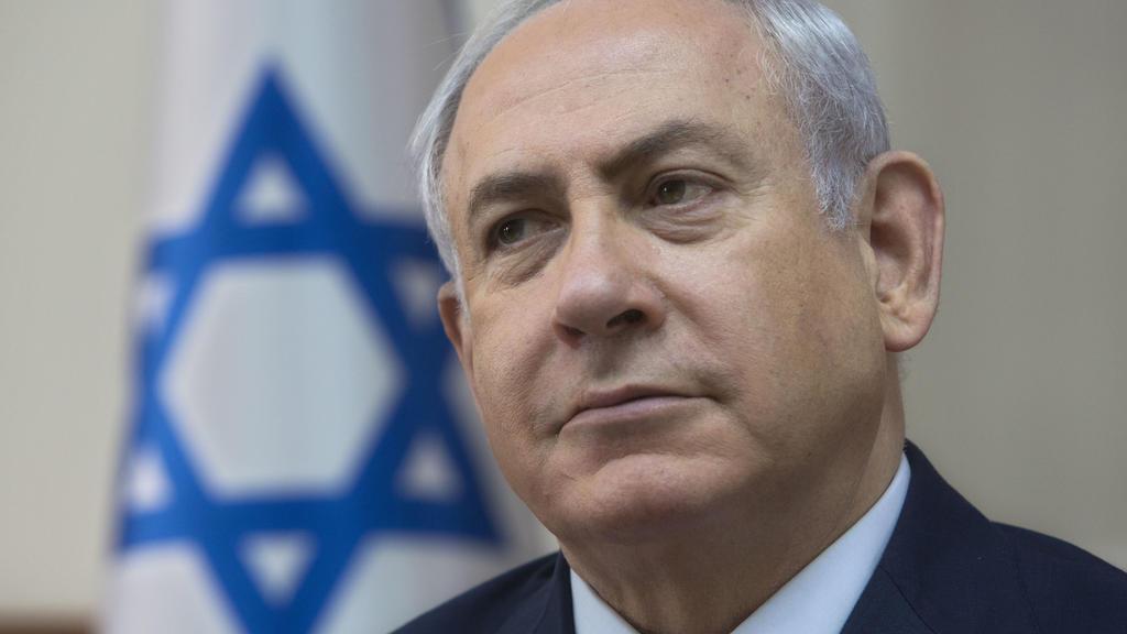 Der israelische Ministerpräsident Benjamin Netanjahu nimmt am 03.12.2017 in Jerusalem an einer Kabinettssitzung teil. Zehntausende Israelis haben in Tel Aviv gegen Regierungschef Netanjahu demonstriert und ihm Korruption vorgeworfen. (zu dpa «Zehntau