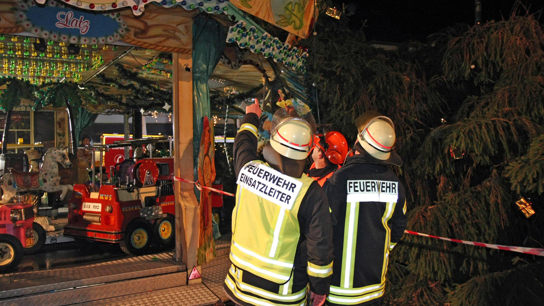 Weihnachtsbaum Service.Weihnachtsmarkt Eschweiler Meterhoher Weihnachtsbaum Kracht Auf