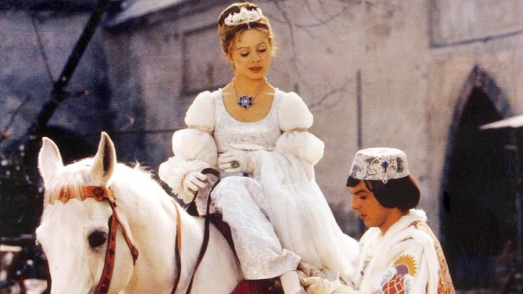 """ARCHIV - Der Prinz (Pavel Travnicek) passt Aschenbrödel (Libuse Safrankova) im Film """"Drei Haselnüsse für Aschenbrödel"""" den verlorenen Schuh an (undatierte Filmszene). (zu dpa """"Nach 40 Jahren immer noch beliebt: der tschechisch-deutsche Märchenfilm «D"""