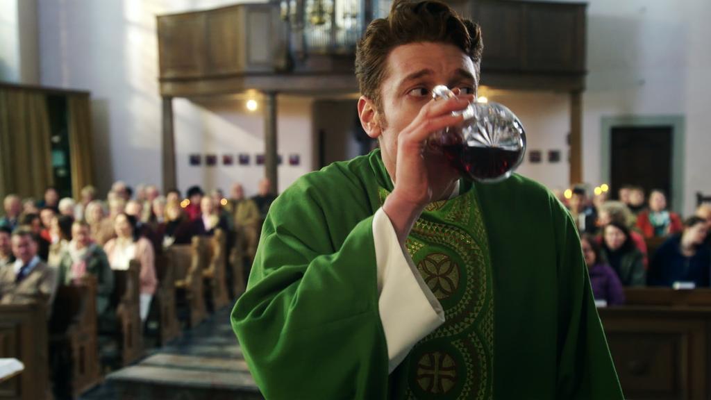 """Maik trinkt im Gottesdienst in der RTL-Serie """"Sankt Maik"""" den Messwein aus der Karaffe."""