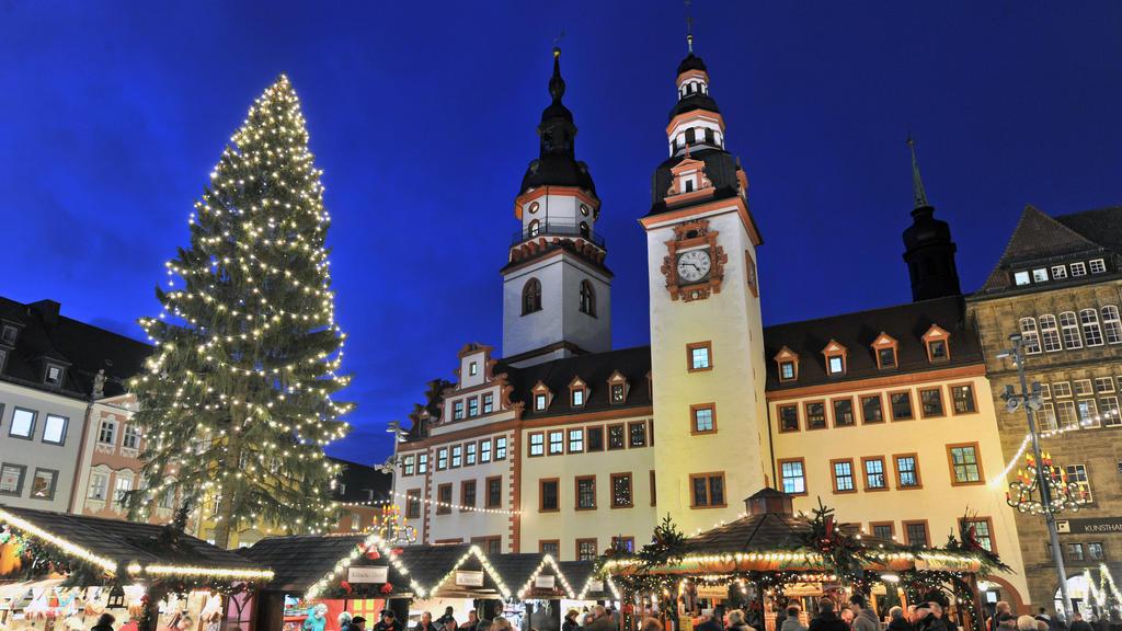 In festlichem Licht strahlt der Chemnitzer Weihnachtsmarkt am 30.11.2011 vor dem Alten Rathaus der Stadt. Während der Schnee noch auf sich warten lässt und Temperaturen bis zu 13 Grad in keinster Weise vom Winteranfang künden, herrscht allabendlich r
