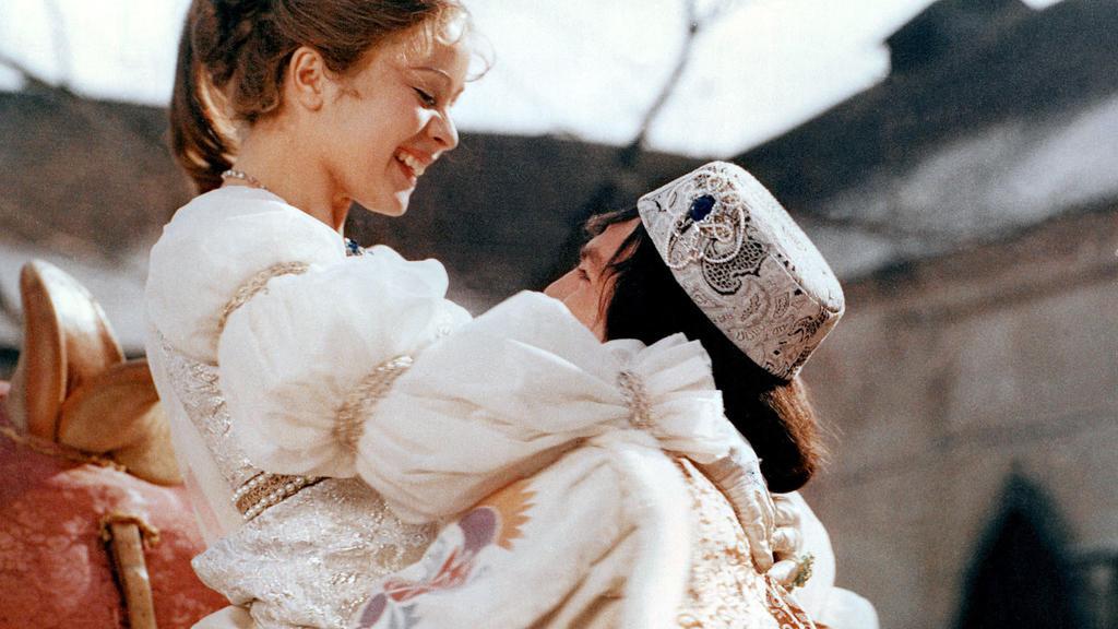 Aschenbrödel umarmt Prinzen.