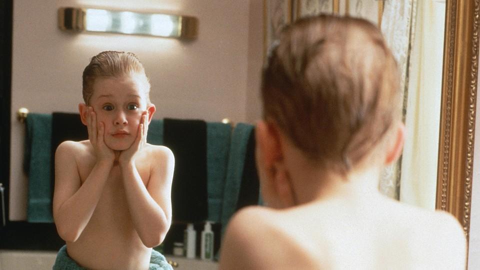 Allein zu Hause, genießt Kevin (Macaulay Culkin) seine unverhoffte Freiheit, stellt die Wohnung auf den Kopf und probiert das After Shave seines Papas.