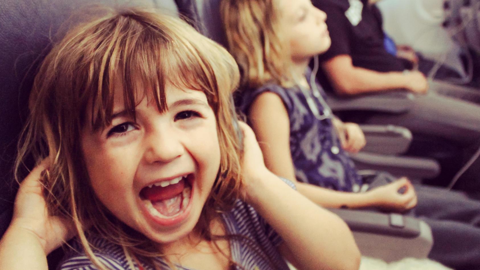 Kann ganz schön anstrengend sein, für die eigenen Eltern und Mitreisende: Kinder, die im Flugzeug ordentlich Lärm machen.