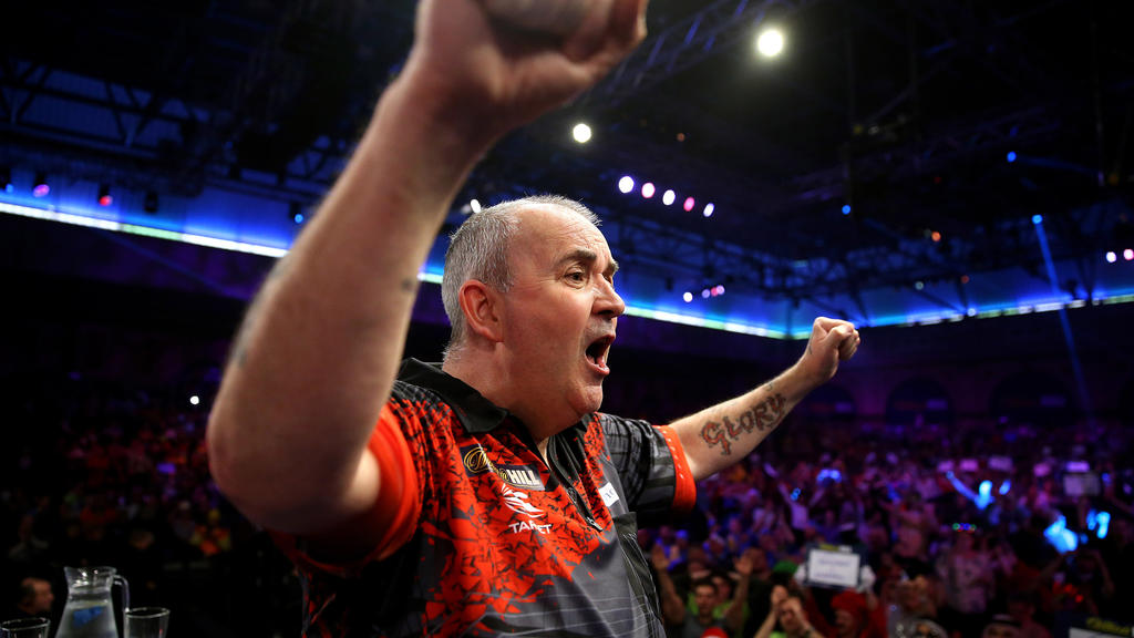 Darts: Weltmeisterschaft, Tag 15, am 01.01.2018 in London, Großbritannien. Phil Taylor jubelt, nachdem er das Final-Match verloren hat. Foto: Steven Paston/PA Wire/dpa +++(c) dpa - Bildfunk+++