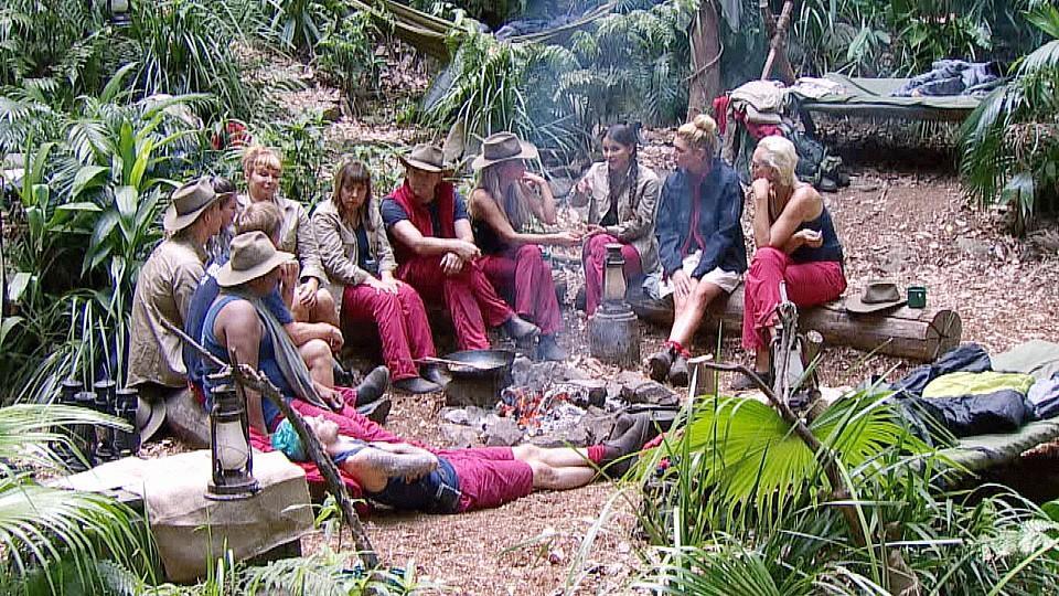 Tag 2 im Camp. Alle Campbewohner sitzen zusammen am Lagerfeuer.